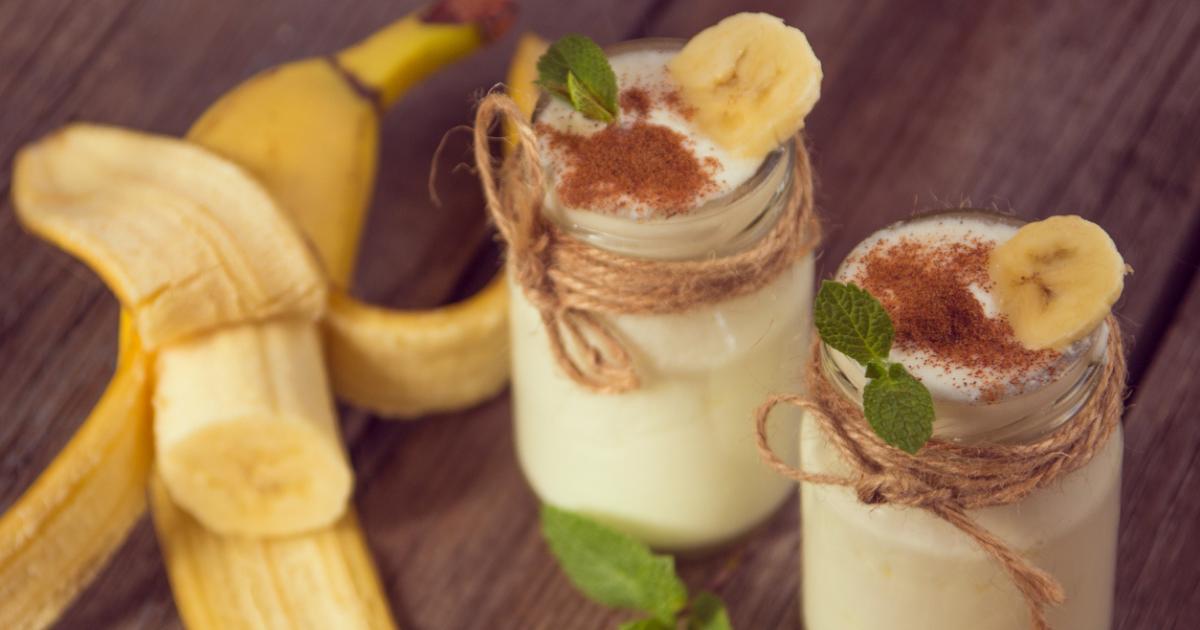 Batido de plátano con Galletas sin gluten de quinoa rellenas de cacao