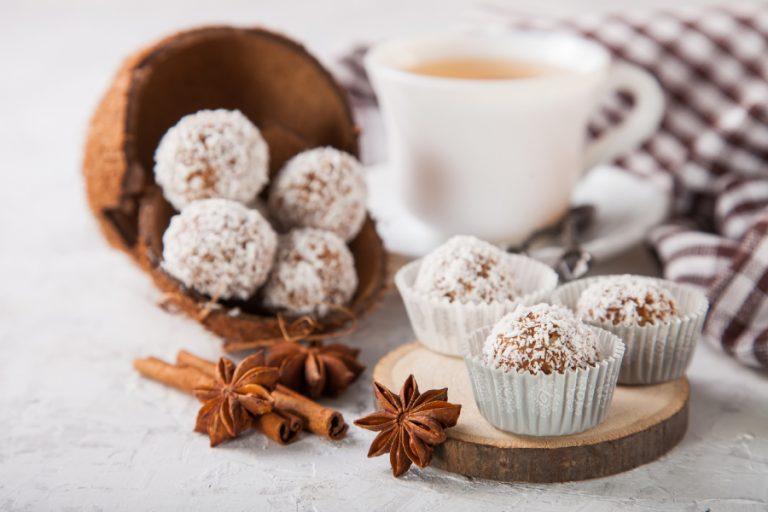 Bolitas veganas de turrón de coco y galletas