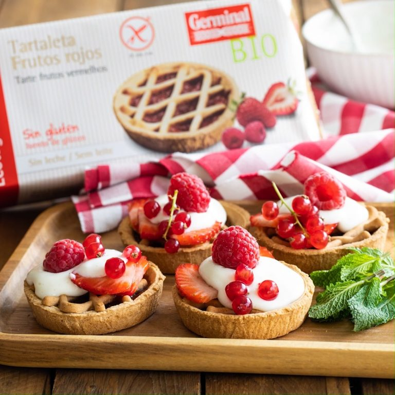 Tartaletas de frutos rojos con crema pastelera vegana y frutas